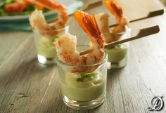 Prawns with avocado and yogurt cups Raw Food Recipes, Cooking Recipes, Food Texture, Cocktail Party Food, Mini Appetizers, Brunch, Food Humor, Appetisers, Food Presentation