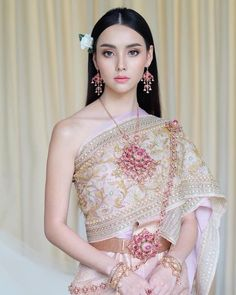 CULTURE // Some of you may know that I am Lao and this is very similar to the Thai culture. This is a wedding outfit which I think is… Traditional Thai Clothing, Traditional Fashion, Traditional Dresses, Sexy Asian Girls, Beautiful Asian Girls, Thai Wedding Dress, Wedding Dresses, Laos Wedding, Cambodian Wedding