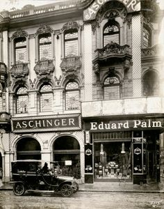 """Le restaurant populaire Aschinger de la Friedrichstraße, image prise entre 1907 et 1915 lors de la construction du métro. """"Au mur, un menu du 26 juillet 1914 indique que la bière ne coûtait que 10 pf, 15 pf le grand verre. Un cognac valait 0,20 mark. En 1923, le 12 janvier, on proposait une côtelette de porc pour 6 marks. À la main, quelqu'un avait écrit ironiquement que le patron ne rendait pas la monnaie sur les billets de 10 000 marks."""" (Jean-Michel Palmier, Berliner Requiem)"""