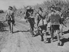 1942 Kuban Peninsula, a group of Romanian soldiers signalers equipped with a Marconi radio Military Photos, Military History, Radios, War Of Attrition, Ww2 Photos, World War I, Wwii, Soldiers, Fields