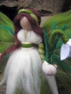 Natur-Engel / Fairy - Schneeglöckchen    Dieses Märchen wird mithilfe der Nadelfilz-Technik handgefertigt. Sie besteht aus weicher, hochwertiger Merinowolle in magischen Farben. Sie hält eine Schneeglöckchen Blume in einem Haus der Schnecke.    Größe: ca. 23 cm meine Feen sind handgefertigt mit Sorgfalt auf liebevolle Details und ein wenig Magie zu Ihnen nach Hause bringen. Sie auch leicht zu integrieren, Ihre saisonalen Tabellen angewendet werden oder als ein sehr persönliches Geschenk ...