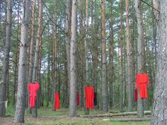 Red dresses - an art installation project by Winnipeg artist Jaime Black. The installation is designed to draw attention to missing and murdered indigenous women. Indigenous Art, Art Installation, Aboriginal Art, Land Art, Art Object, First Nations, Woodstock, Designs To Draw, The Rock