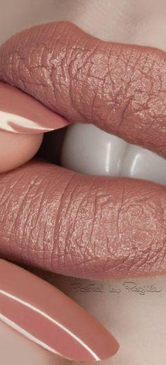 Regilla ⚜ Pat McGrath makeup - Prom Makeup Looks Pat Mcgrath Makeup, Make Up Gold, Prom Makeup Looks, Beautiful Lips, Beauty Junkie, Lip Service, Fabulous Nails, Blush Roses, Flawless Makeup