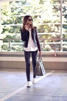 Jean, chemise blanche et la veste en cuir noir - tenue toujours à la mode