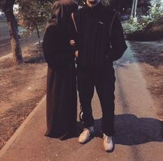 Muslim Couple Quotes, Cute Muslim Couples, Muslim Girls, Cute Couples Goals, Muslim Women, Couple Goals, Couple Photoshoot Poses, Couple Posing, Cute Love Pictures