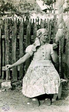 Pradenie z jednostrannej prísednej praslice. Goddess Art, Moon Goddess, Folk Costume, Costume Dress, Principles Of Art, Working People, Roman Mythology, Greek Mythology, Orthodox Icons