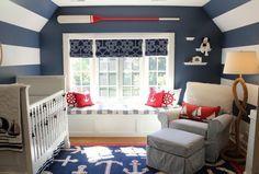 déco chambre bébé de style maritime - peinture murale en bleu et blanc, accents rouges et rame