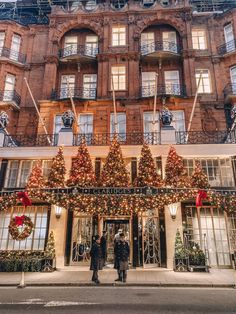 London looks so pretty during Christmas. Here's my guide to the top festive spots this year including Covent Garden and Claridges. Christmas In England, London Christmas, Christmas Travel, Holiday Travel, London Winter, Christmas Christmas, London Dreams, London Look, London Eye