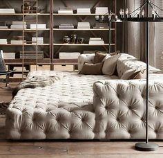 el sofá es blanco y grande.