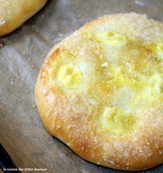 Il y a une viennoiserie que j'adorais manger étant petite c'est la tarte au sucre! Celle dont je vous parleet que j'adore c'est une galette briochée, garni d'un méla…