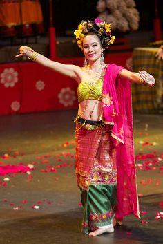 Bloggang.com : ถปรร : ภาพถ่ายการแสดงชุดเปิด 9 มทร.ร่วมใจ สืบสานวัฒนธรรมไทย ครั้งที่ 2 Traditional Thai Clothing, Traditional Dresses, Thai Fashion, Womens Fashion, Thai Dress, Dressing, Saree, Costumes, Lady