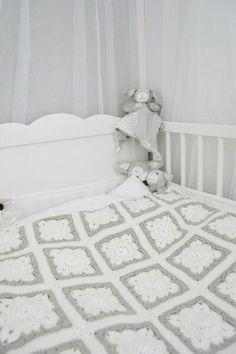 Valko harmaa viltti vauva virkkaus ohje virkattu lapset lahja muistaminen tuliainen ristiäislahja isoäidinneliö Easy Crochet Blanket, Kids And Parenting, Baby Room, Diy And Crafts, Kids Rugs, Knitting, Bed, Simple, Furniture