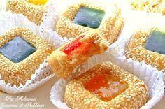 """Je vous propose aujourd'hui un autre gâteau sec au graines de sésames, une superbe recette facile et rapide à préparer tirée du livre de Mme Benberim """"Gâteaux Secs"""". Pour cette recette j'ai utilisé le moule en silicone carré offert par mon partenaire..."""