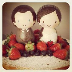 #felizesparasempre #uiarafmelo #noivinhosdemadeira #noivinhos #noivinhospersonalizados #topodebolo #bolodecasamento #caketopper #noivas #casamento #vestidodenoiva #bridetobride #wedding #weddings #bride #pegdoll #kokeshi #kokeshidolls #pegpeople #vestidaspracasar #casar #married #noivado #casamentorustico #comprodequemfaz