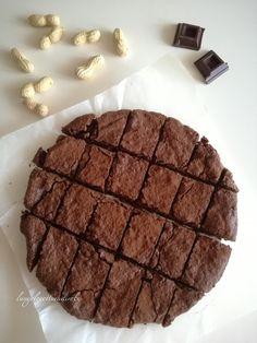 Torta al cioccolato, mandorle e arachidi, profumata al caffè.