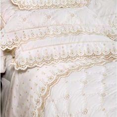 """Cobreleito Bordado Itália   """"Uma linha refinada de modelos inspirados nos tecidos franceses bordados das cortes do século XVIII. Toda a preciosidade das roupas de cama das realezas reinterpretada para os nossos dias através de requintados bordados. São modelos atemporais, que ultrapassam tendências e permanecem atuais, com estilo, refinamento e luxo.""""  Medida: QUEEN Cobreleito: 240 x 260 cm Porta Travesseiro: 50 x 70 cm  Conteúdo: 1 Cobreleito 2 Porta Travesseiros  Obs: Peças avulsa..."""