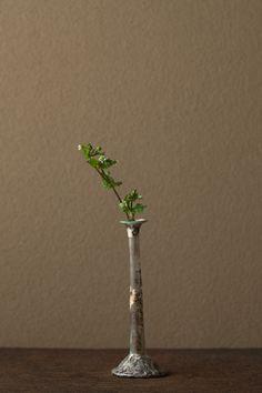 2012年4月14日(土)   古名はハクベラ、ハコベラ。春の七草のひとつです。   花=繁縷(ハコベ)   器=ローマングラス瓶(ローマ時代)