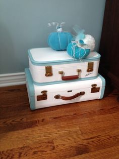 Painted vintage luggage 50 Perfect Interior Ideas To Update Your Living Room – Painted vintage luggage Source Suitcase Display, Suitcase Storage, Suitcase Decor, Vintage Suitcases, Vintage Luggage, Rooms Home Decor, Diy Home Decor, Repurposed Furniture, Painted Furniture