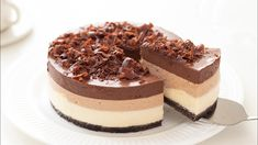 """Mousse de chocolate triple """" By HidaMari Cooking """" Si te gusta dinos HOLA y dale a Me Gusta MIREN… Great Desserts, No Bake Desserts, Dessert Recipes, Chocolates, Food Cakes, Mini Tortillas, Triple Chocolate Mousse Cake, Biscuit Bar, Cake Bars"""