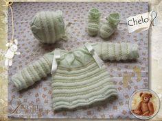 Y este es un conjunto de bebé que sirve tanto para niño como para niña, el color es un verde bebé muy suave y delicado que combinado c... Baby Socks, Baby Knitting, Baby Dress, Jimmy Choo, Japanese, Bb, Ideas, Baby Vest, Baby Accessories