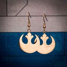 Show your alliance with the rebellion every time you wear these rose gold plated #StarWars dangle earrings. This striking pair of earrings is available from @amazon.com.  #StarWars #Rebels #StarWarsRebels #RebelAlliance Star Wars Jewelry, Star Wars Outfits, Rebel Alliance, Star Wars Rebels, Love Stars, Rose Gold Plates, Starwars, Dangle Earrings, Dangles