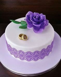 The Eye sweet competitor in the shape of a wedding cake is the only danger the bride has to compete with on her wedding in looking excellent. Cake Decorating Videos, Birthday Cake Decorating, Wedding Cake Designs, Wedding Cakes, Best Birthday Cake Recipe, Engagement Cakes, Elegant Cakes, Vegan Cake, Cake Tutorial