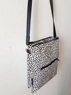 Laukussa on siis 2 vetoketjutaskua ja niiden väliin jäävä avolokero. Edessä / takana vetoketjutasku. Pyynnöstä ohje pikkulaukkuun,jonk... Diy Pouch Bag, Baguette, Diy Bags Purses, Crossbody Bag, Tote Bag, Quilted Bag, Fabric Bags, Bag Making, Printing On Fabric