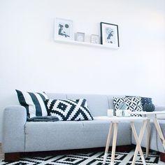 """Heute am Tag 3 der #instagraminteriorchallenge ist das Thema """"white"""". Tjaaa, ich würde mal sagen, dass ich da in der Wohnung nicht viel suchen muss. In jedem Raum stehen weisse Möbel, im Wohnzimmer gesellt sich der Farbe Weiss auch noch Schwarz und verschiedene Grautöne   #wohnkonfetti #interiør #interieur #ikea #interiordesign #interior123 #interiorstyling #blackandwhite #interior125 #interior4all #interior4you1 #interiorinspo #interiorinspiration #nordichome #nordicdesign…"""