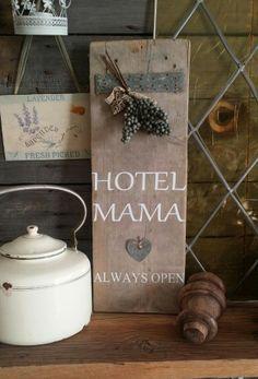 Steigerhout Hotel Mama. Facebook SjoenGeplak.