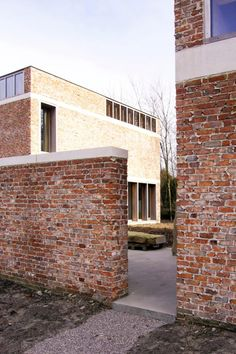 cap over the fencing matches the rim at the house. do it in recessed ver. white brick instead of conc. Brick Architecture, Minimalist Architecture, Classical Architecture, Contemporary Architecture, Interior Architecture, Interior Design, Brick Building, Brickwork, Bauhaus
