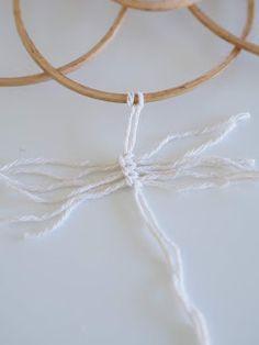 Lämmin ilo: Lankasulkia seinälle // sis. ohjeen Clothes Hanger, Knots, Feather, Patterns, Handmade, Design, Coat Hanger, Block Prints, Quill