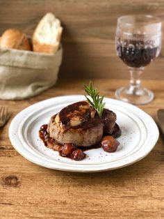 Solomillo de ternera con foie y manzana - comidas - Carb Free Dinners, Pastrami, Food Plating Techniques, Juicy Steak, Beef Tenderloin, Tapas, Easy, Food And Drink, Yummy Food