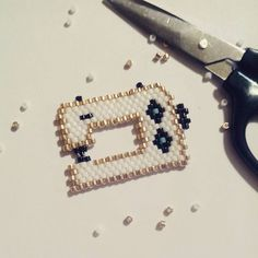 J'ai ma broche pour le csf !! D'après un tissage de  @likeabobo modifié quelque peu.. #brickstitch #miyuki #jenfiledesperlesetjassume Beaded Jewelry Patterns, Beading Patterns, Beads Pictures, Bead Loom Bracelets, Peyote Beading, Beaded Animals, Beaded Brooch, Bijoux Diy, Bead Weaving
