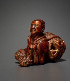 TADATOSHI (OR TADASHIGE): MAN WITH RICE BALE  Netsuke, Holz. Nagoya, Japan 1. H. 19. Jh.