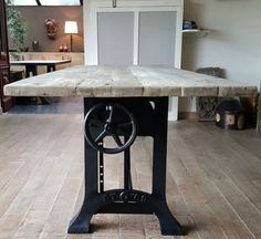 In hoogte verstelbare industriele tafels - opdraai tafel | DT-69 Industrial Table, Industrial Furniture, Kitchen Dining, Dining Table, Adjustable Height Desk, Maine House, Wood Table, Wood Pallets, Decoration