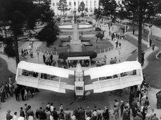Praça Santos Andrade 1956, um protótipo do 14 Bis em exposição pelos 50 anos do voo de Santos Dumont. Foto de Synval Stocchero. Acervo; Casa da Memória de Curitiba / família Stocchero.