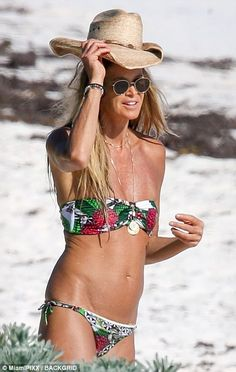 Elle MacPherson shows off abs as she hits the Bahamas | Daily Mail Online