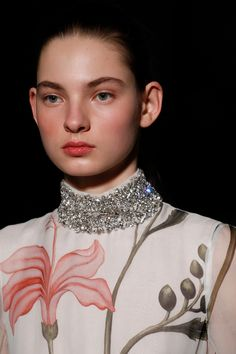 See all the Details photos from Giambattista Valli Spring/Summer 2017 Couture now on British Vogue Couture Details, Fashion Details, Look Fashion, Fashion Show, Givenchy, Valentino, Manish Arora, Couture Accessories, Spring Couture