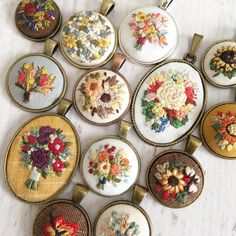 Lots of flowers in my garden Hand Embroidery Stitches, Embroidery Jewelry, Silk Ribbon Embroidery, Hand Embroidery Designs, Embroidery Thread, Cross Stitch Embroidery, Learning To Embroider, Fabric Jewelry, Needlework