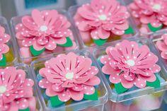 Caixinha em acrílico com balinhas de goma, rosa em scrapbook, parceria com a Dupla di Papel.