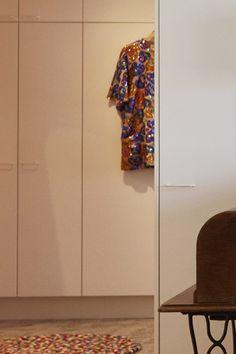 Retro-vetimet sopivat kuin nenä päähän Asuntokaupat sokkona -ohjelman kahdeksannen jakson kompaktiin ja kauniiseen kotiin! Eteisen ja pukeutumishuoneen kaapeissa on Retrovetimet valkoisina versioina. #asuntokaupatsokkona #nelonen #jakso8 #vetimet #vedin #sisustus #sisustussuunnittelu #kaapit #kodinsuunnittelu #inspiraatio #ideoita #kitchen #interior #design #Retro #valkoinen #lankavedin #helatukku High Neck Dress, Retro, Design, Turtleneck Dress, Retro Illustration, High Neckline Dress
