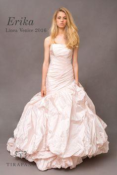 L'abito da sposa Erika è realizzato con corpetto asimmetrico in pregiato taffetà di seta, forma delle pieghe piatte che accompagnano la figura. Un abito davvero magico.  #abitodasposa #Tirapani #TirapaniBridal #weddingdress #bride #collezionesposa2016