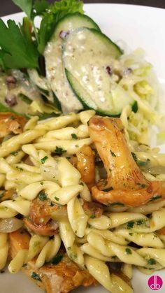 Die beliebte Pasta mit den ersten gebratenen Pfifferlingen der Saison, angeschwenkt in Petersilien-Walnuss-Zitronen-Pesto und Parmesankäse.