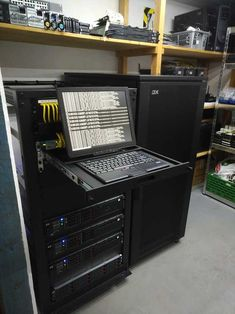 'New' IBM rack, console and a NAS installed. Computer Desk Setup, Pc Gaming Setup, Home Computer, Computer Lab, Diy Electronics, Electronics Projects, Pc Cases, Network Rack, Computer Equipment