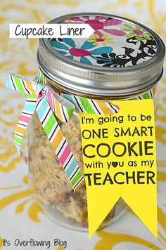 "Teacher appreciation gift: Jar of cookies. ""I'm going to be one smart cookie with you as my teacher. Back To School Teacher, My Teacher, Teacher Gifts, Teacher Presents, Teacher Treats, Primary School, Mason Jar Cupcakes, One Smart Cookie, Teacher Appreciation Week"