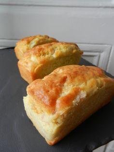 Gateau au yaourt version salée - C secrets gourmands !! 1 yaourt nature 3 pots de farine 1/2 pot d'huile (d'olive pour moi ou noix, noisette, ...) 1 pot de jambon en dés ou morceaux (ou de chorizo, lardons, saumon, thon, ...) 1 pot de fromage (comté râpé, parmesan, chèvre, bleu, feta ou autre fromage en dés, ...) 3 oeufs 1 sachet de levure sel, poivre facultatif: herbes (ciboulette, basilic, aneth, ...), épices (curry, cumin, paprika, ...)