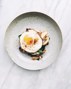 1,117 vind-ik-leuks, 8 reacties - @foodblogfeed op Instagram: 'Sunday inspiration from @taraobrady; toast topped with mushrooms, garlic and greens, with melty…'