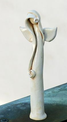 Anděl bílý s loknou / Zboží prodejce Muriel de Mour   Fler.cz Pottery Angels, Muriel, Ceramic Angels, Pottery Sculpture, Miniature Fairy Gardens, Clay Art, Projects To Try, Christmas Decorations, Porcelain
