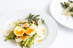 This delicious warm Spring salad recipe combines roasted asparagus, egg with oozing yolks, parmesan shavings and toasted pine nuts. Health Benefits Of Asparagus, Asparagus Egg, Salad Recipes, Healthy Recipes, Warm Salad, Spring Salad, Easy Smoothies, Warm Spring, Meal Prep For The Week