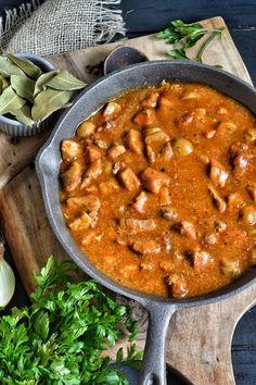 Gulasz z szynki wieprzowej z pieczarkami idealnie smakuje nie tylko z kaszą, kluskami lub ziemniakami ale także z plackami ziemniaczanymi. Chana Masala, Curry, Meat, Ethnic Recipes, Kitchens, Kalay, Curries
